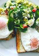 Αυγά ποσέ με σαλάτα αβοκάντο