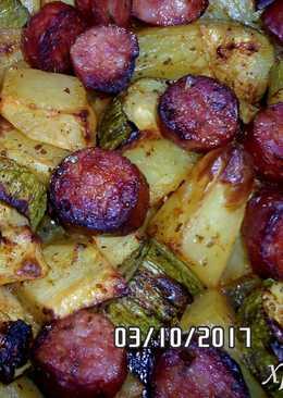 Λουκάνικα με πατάτες και κολοκυθάκια στο φούρνο