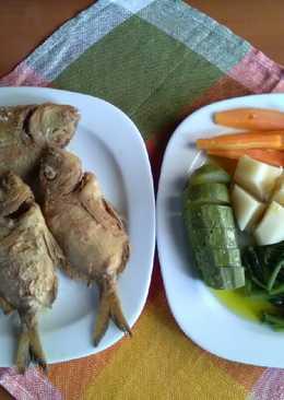 Νερόβραστα λαχανικά εποχής με τηγανιτά ψάρια