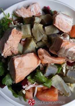 Σαλάτα με σολωμό και αγκινάρες εποχής