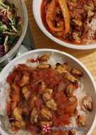 Μύδια με σάλτσα από πολύχρωμες πιπεριές και ρύζι