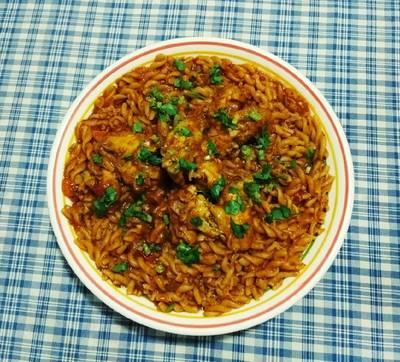Κοτόπουλο κατσαρόλας με μακαρόνια fusilli, σάλτσα και λαχανικά
