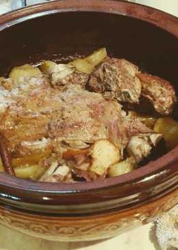 Μπούτι αρνιού στην γάστρα ή στην λαδόκολλα με πατάτες
