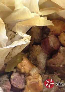Χοιρινό με λουκάνικο στην λαδόκολα