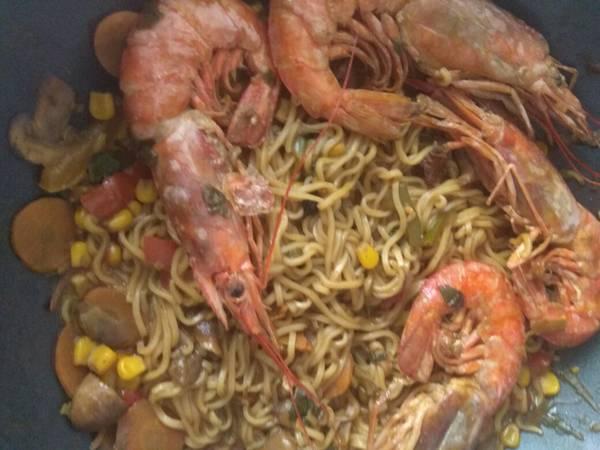 Γαρίδες με νουντλς και λαχανικά