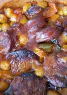 Ρεβίθια με λουκάνικο στο πήλινο