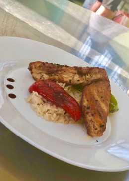 Στήθος κοτόπουλο με ψητή πιπεριά, ρύζι και αρώματα μπαχαρικών