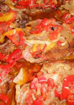 Χοιρινές μπριζόλες (ή κοτόπουλο) με πιπεριές και κρεμμύδιαστον φούρνο