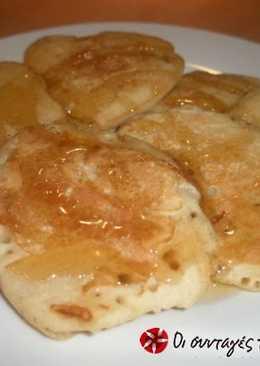 Ελαφριές τηγανίτες με μαύρη ζάχαρη και αμύγδαλα
