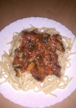 Μακαρονάδα με κόκκινη σάλτσα και μανιτάρια