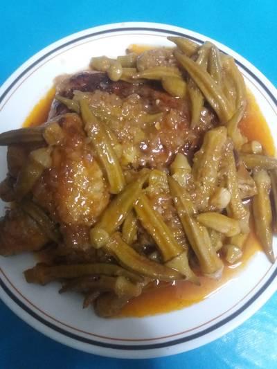 Μπούτια κοτόπουλο με μπάμιες στο φούρνο