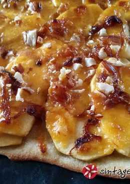 Πίτσα με μήλα, τσένταρ και καραμελωμένα κρεμμύδια
