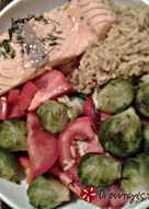 Σολωμός με καστανό ρύζι κάρυ και λαχανικά