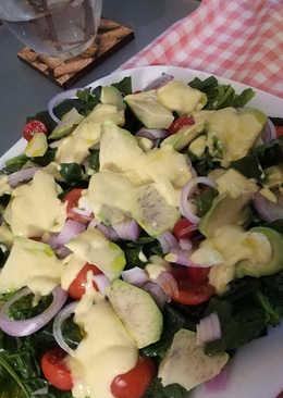 Σαλάτα με σπανάκι, αβοκάντο και σως γιαουρτιού