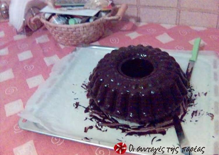 Κέικ βανίλια με εύκολο γλάσο σοκολάτας