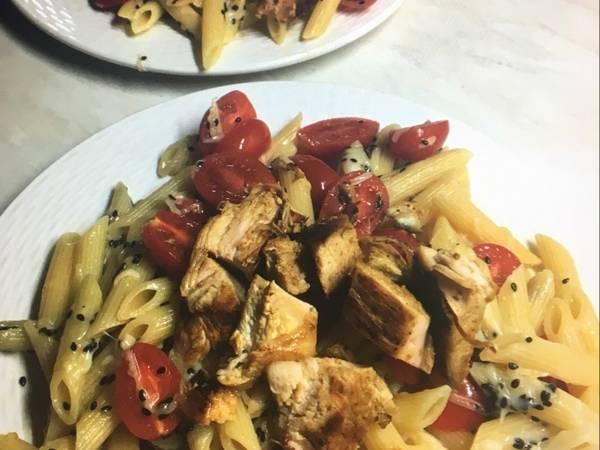 Πέννες με κοτόπουλο και μαύρο σουσάμι