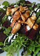 Σαλάτα με παντζάρια, κατσικίσιο τυρί και κοτόπουλο