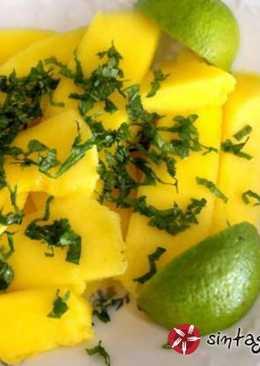 Φρουτοσαλάτα με μάνγκο, φύλλα μέντας και χυμό λάιμ