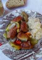 Γερμανικά bratwurstμε πιπεριές, κρεμμύδια καιSauerkraut (ξινολάχανο)