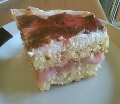 Γλυκό ψυγείου με κέικ και μαρμελάδα φράουλα