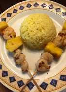 Εξωτικές γαρίδες-ανανάς σουβλάκι με κίτρινο ρύζι
