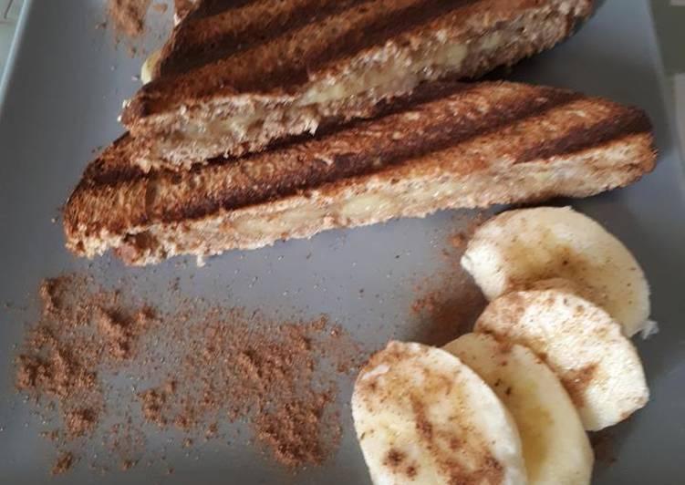 Τοστ με ψωμί, ταχίνι, μέλι, μπανάνα και κανέλα