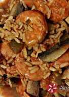 Γαρίδες με κόκκινη σάλτσα λαχανικών και καστανό ρύζι