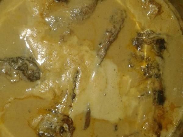 Caril de amendoim de carapau