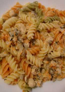 Соус к макаронам с куриным филе, морковью и грибами