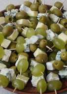 Виноград, сыр, маслины - закуска на праздничный стол