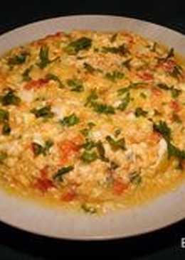 Яичница с помидорами и сыром сулугуни