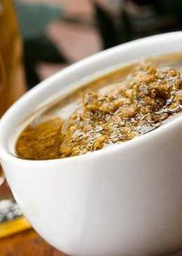 Острый соус из фиников с кедровыми орехами и зеленью