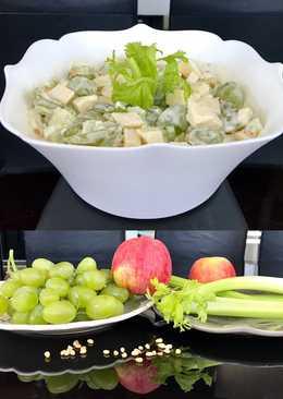 Салат с виноградом, яблоком, орехами