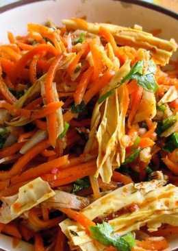 Морковь по-корейски со спаржей и кальмарами, простой рецепт салата на праздничный стол