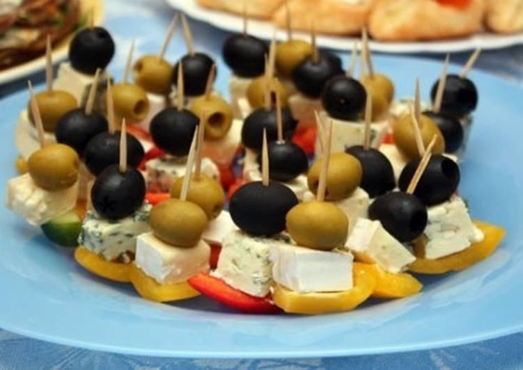 Канапе с оливками и сырным ассорти