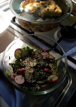 Салат с редисом и огурцом с кунжутом
