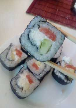 Суши с форелью, огурцом и сыром
