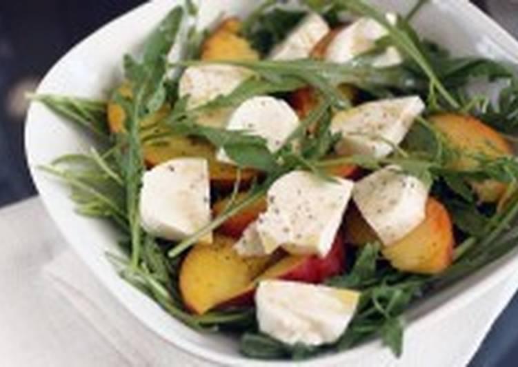 Салат с сыром моцарелла, рукколой и персиками