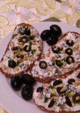 Быстрый завтрак: бутерброд с маслинами,сливочным сыром и орешками