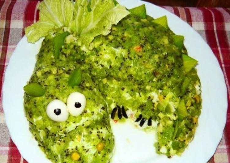 Салат новогодний с креветками, крабовыми палочками и киви «Дракон»
