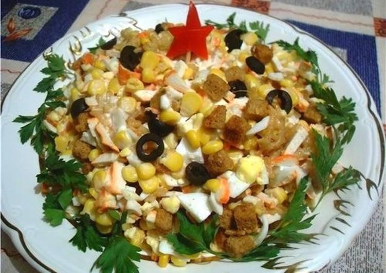 Салат с кукурузой, колбасками и крабовыми палочками