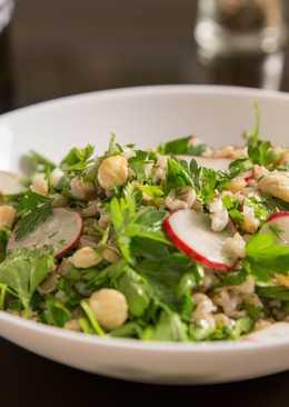 Зелёный салат с перловкой и лесными орехами