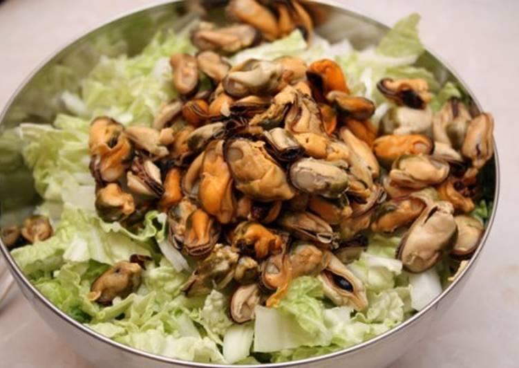 Быстрый новогодний салат с мидиями