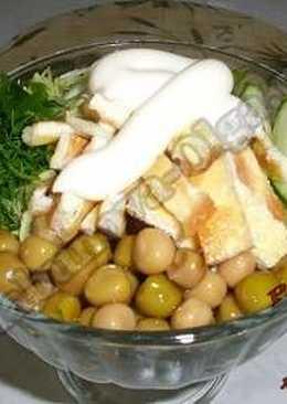 Салат со свежими огурцами и яичным омлетом
