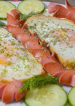 Яичница-глазунья в хлебе с сосисками на сковороде