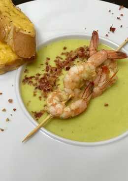 Суп из цветной капусты с карри, беконом и креветками