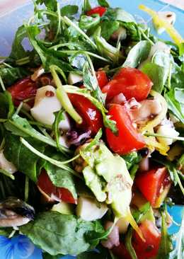 Салат с рукколой и морепродуктами