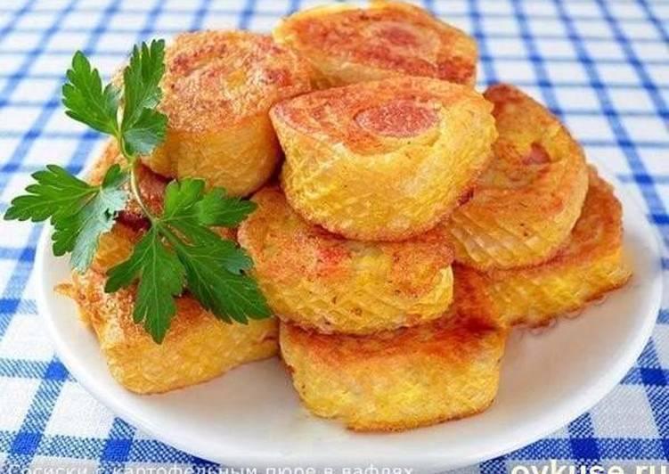 Сосиски с картофельным пюре в вафлях