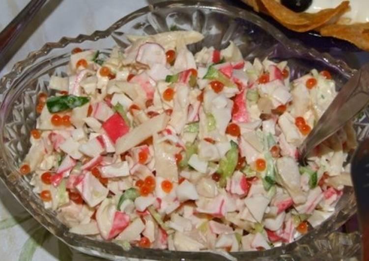 Салат с огурцами, крабовыми палочками, кальмарами и икрой