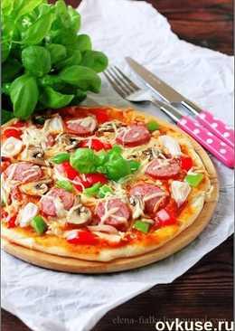 Пицца с колбасками, грибами и сладким перцем
